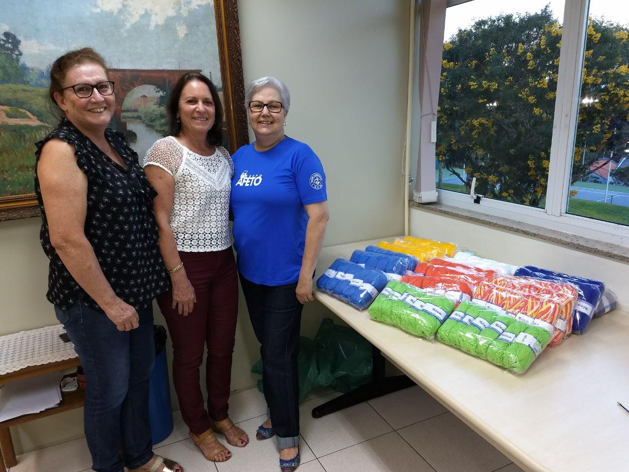 Entrega de lãs para a Quadradinhos por Amor, que confecciona mantas para entidades assistenciais