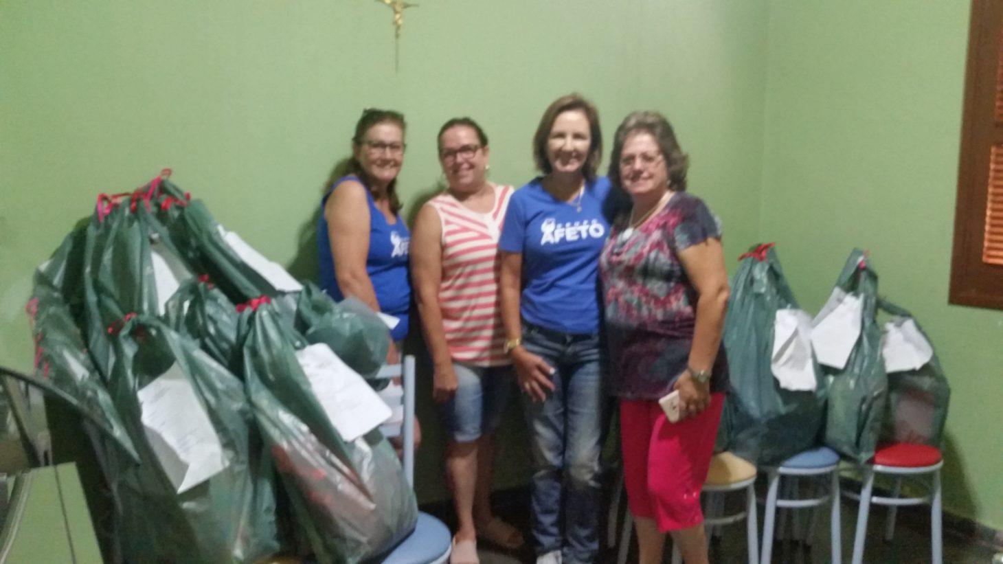 Entrega de sacolinhas de brinquedos, roupas e sapatos doados pelas integrantes do Grupo para a festa de natal das crianças da associação Maria de Magdala